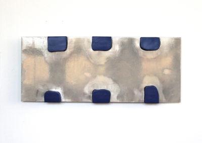 <strong>Écran déformé</strong><br />2015<br /><em>Gloss paint on aluminium with acrylic paint on woods,<br /> 90 x 40 cm</em>