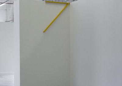 <strong>(in situ) Élément d'angle jaune</strong><br />2014<br /><em>Acrylic spray on steel,<br /> 143 x 65,5 cm</em>
