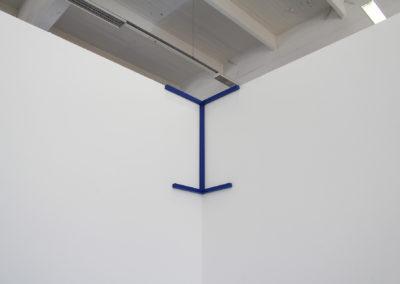 <strong>(in situ) ni cône ni quadra</strong><br />2014<br /><em>Acrylic spray on steel,<br /> 41 x 90 cm</em>
